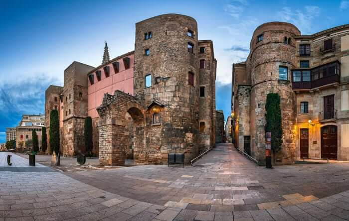 Римская стена готического квартала Барселоны